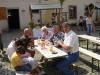 In gemütlicher Runde sitzt man beim Johannismarkt in Auterwitz zusammen.